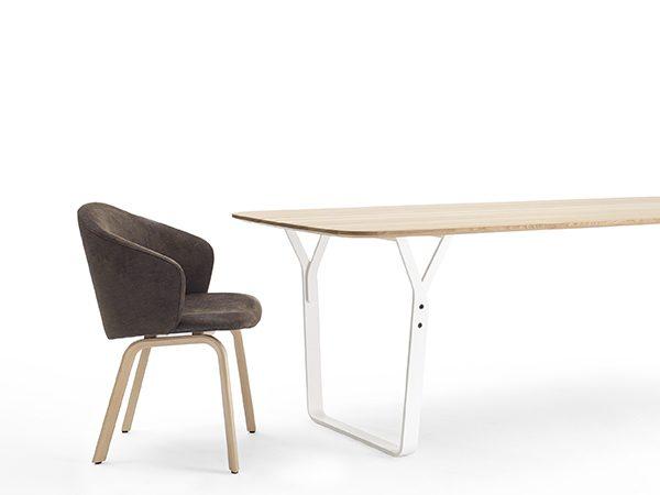 Arco Essential eettafel met 4 Close stoelen aanbieding - Oak Natural blad Oak Natural poten, Zwart met Oak Natural poten